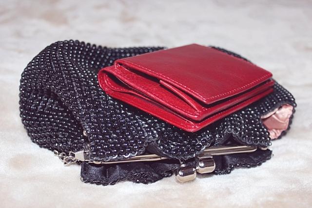 cc5cf55ccb447 Dodatkowo wybrałam miniaturowy portfel do wieczorowych torebek. Nie lubię  wygrzebywać czegoś z dna nawet tak małej torebki. Krenig ma portfel idealny  ...