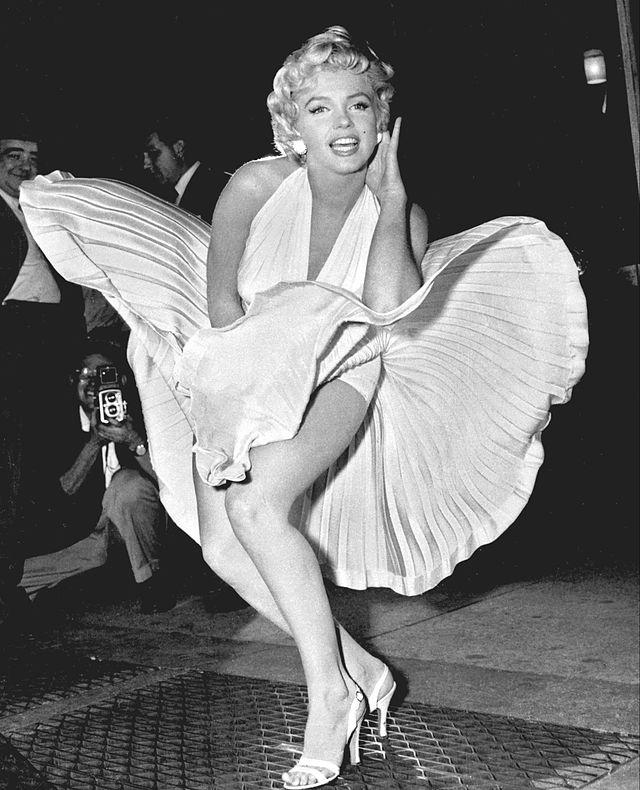 MODA NA DZIEWCZĘCOŚĆ Marilyn_Monroe_photo_pose_Seven_Year_Itch 1954