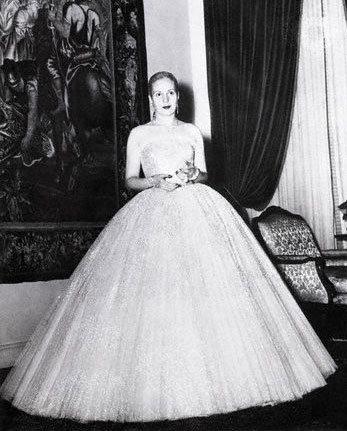 POWRÓT KOBIECOŚCI Eva Peron w sukni od Diora - sylwetka przypomina odwrócone Y