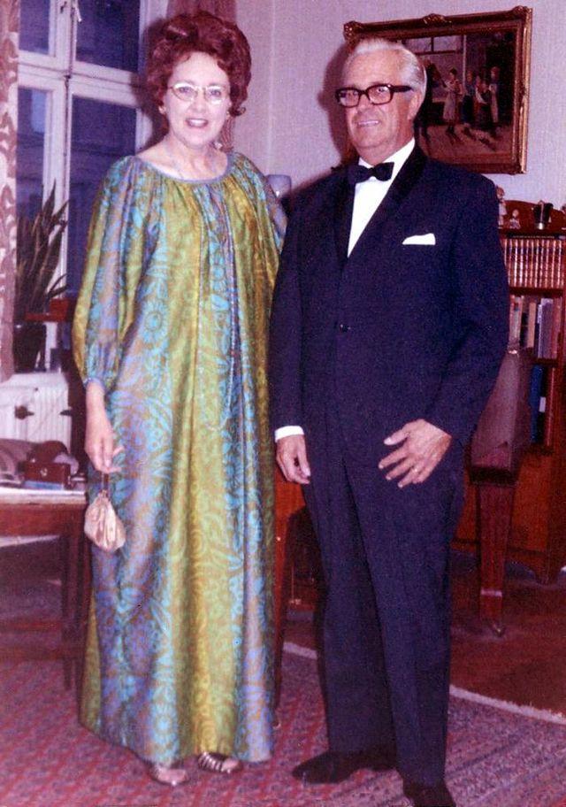 WIĘCEJ KOLORU Birgit_Ridderstedt hawajska suknia muumuu - sylwetka A - 1971