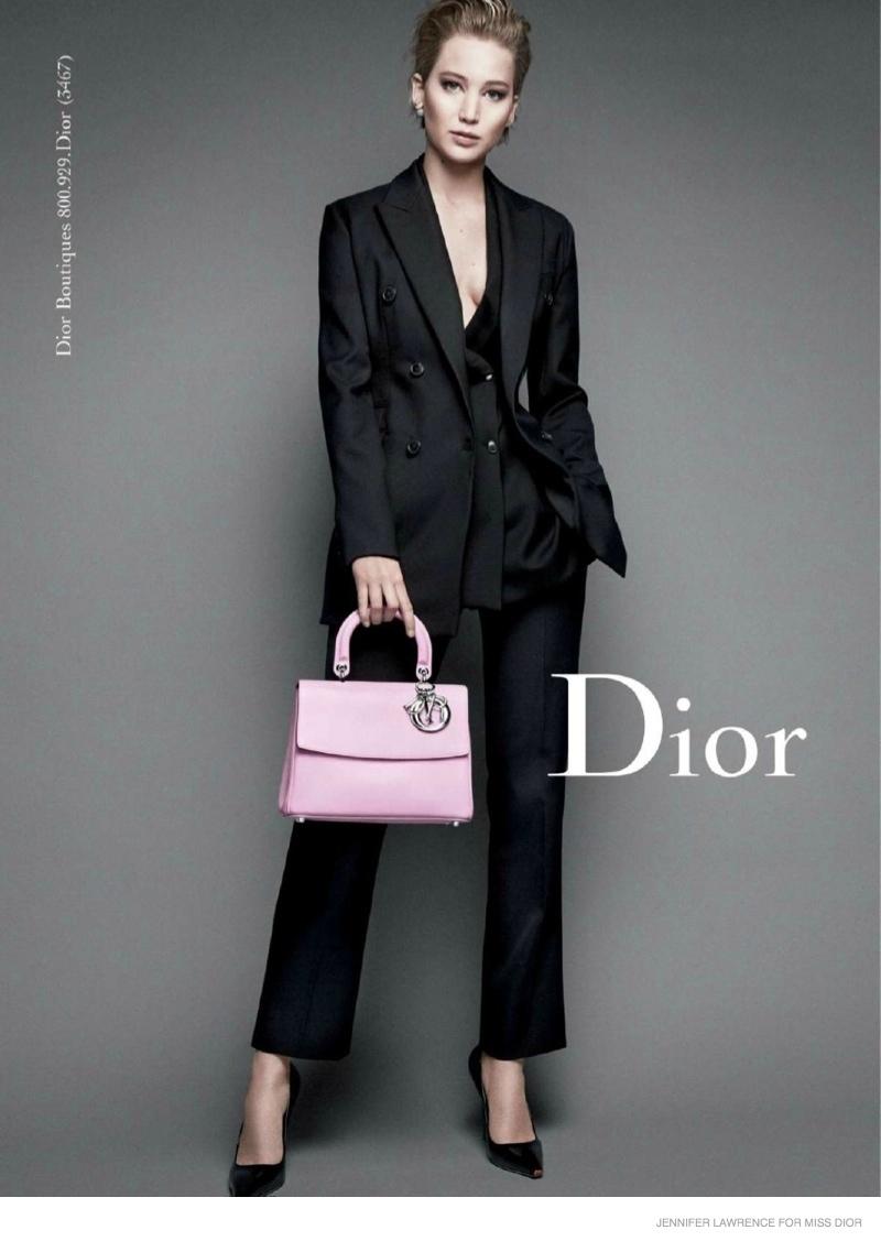 18 – Jennifer Lawrence wygląda elegancko i atrakcyjnie w garniturze od Diora, 2014 rok