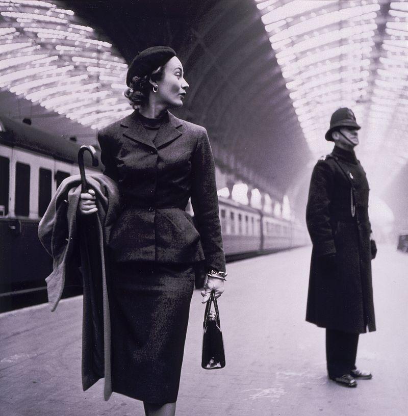 8 – Garsonka nawiązująca do sylwetki X propagowanej przez Diora, Londyn, 1951 rok, fot. Toni Frissel